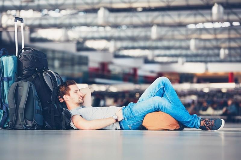 Det er kedeligt at sidde alene i en lufthavn